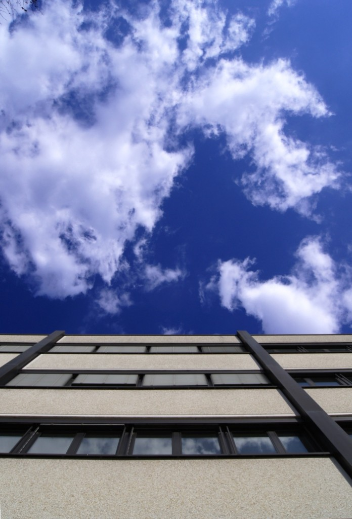 blauer Himmel mit dekorativen Wolken