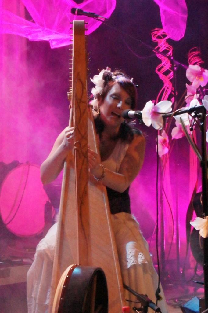 Geka an der Harfe